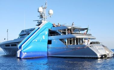 ประเทศจีน Inflatable Water Floating Yacht Slide, Inflatable Water Sliding Sports โรงงาน
