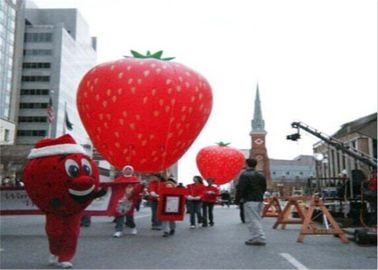 ประเทศจีน Advertising Inflatables Strawberry Character Balloon Giant Fruits Flying Ball โรงงาน